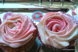 Vaniljmuffins med rosdekor