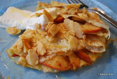 Pannkakor med stekta äpplen, mandel, siraptsås