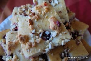 Kardemummakaka med björnbär, vit choklad och mandel