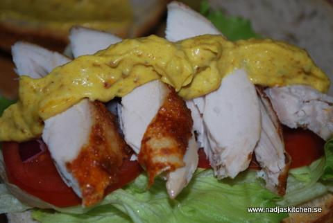Kycklingsandwich med mangocurryröra