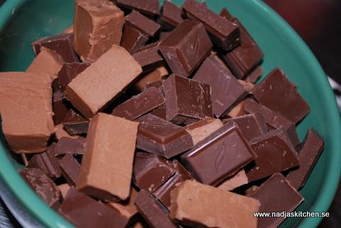 Nougat och mörk choklad i bitar