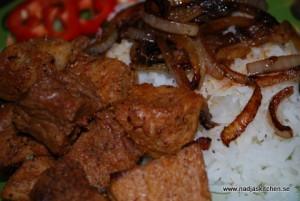 Fläskbog med ris och stekt potatis
