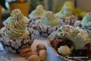 Kladdmuffins med pistage och grön gräddtopp