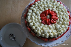 tårta med jordgubbar o vit chokladgrädde