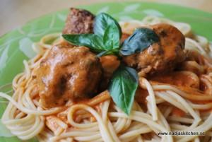 Italienska köttbullar i mild tomatsås med basilika