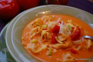 Tomatsoppa med ost och tortellini
