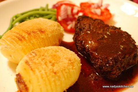 Pepparbiff, hasselbackpotatis och rödvinssås