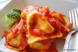 Fyllda pastakuddar med tomatsås