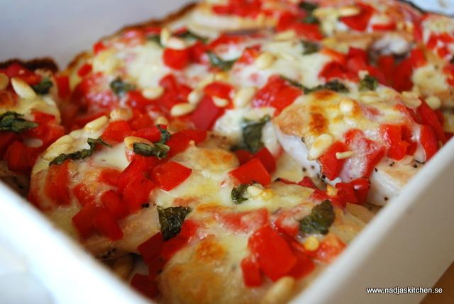Kyckling med mozzarella, pinjenötter och grillad paprika