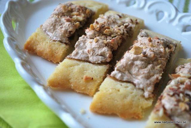 Kaka med kanelmaräng och mandelströssel