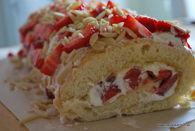 Rulltårta med jordgubbar och lemon curd