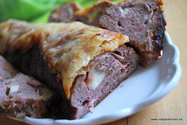 Köttfärsrulle med skinka och ost