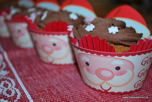 Pepparkaksmuffins med chokladfrosting - pepparkaka - julbaka - jul - frosting - muffins - lättbakat - tomtar - snöflinga