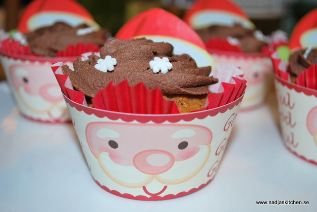 Pepparkaksmuffins med chokladfrosting - julbaka - jul - muffins - pepparkaka - choklad - lättbkakat - snöflinga - tomte