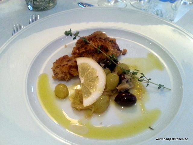 Lammkotletter med varma vindruvor och oliver